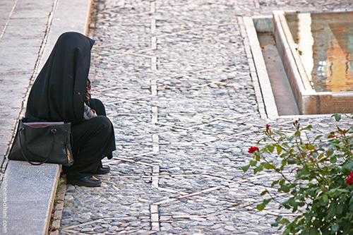 chador woman fin garden kashan michele roohani